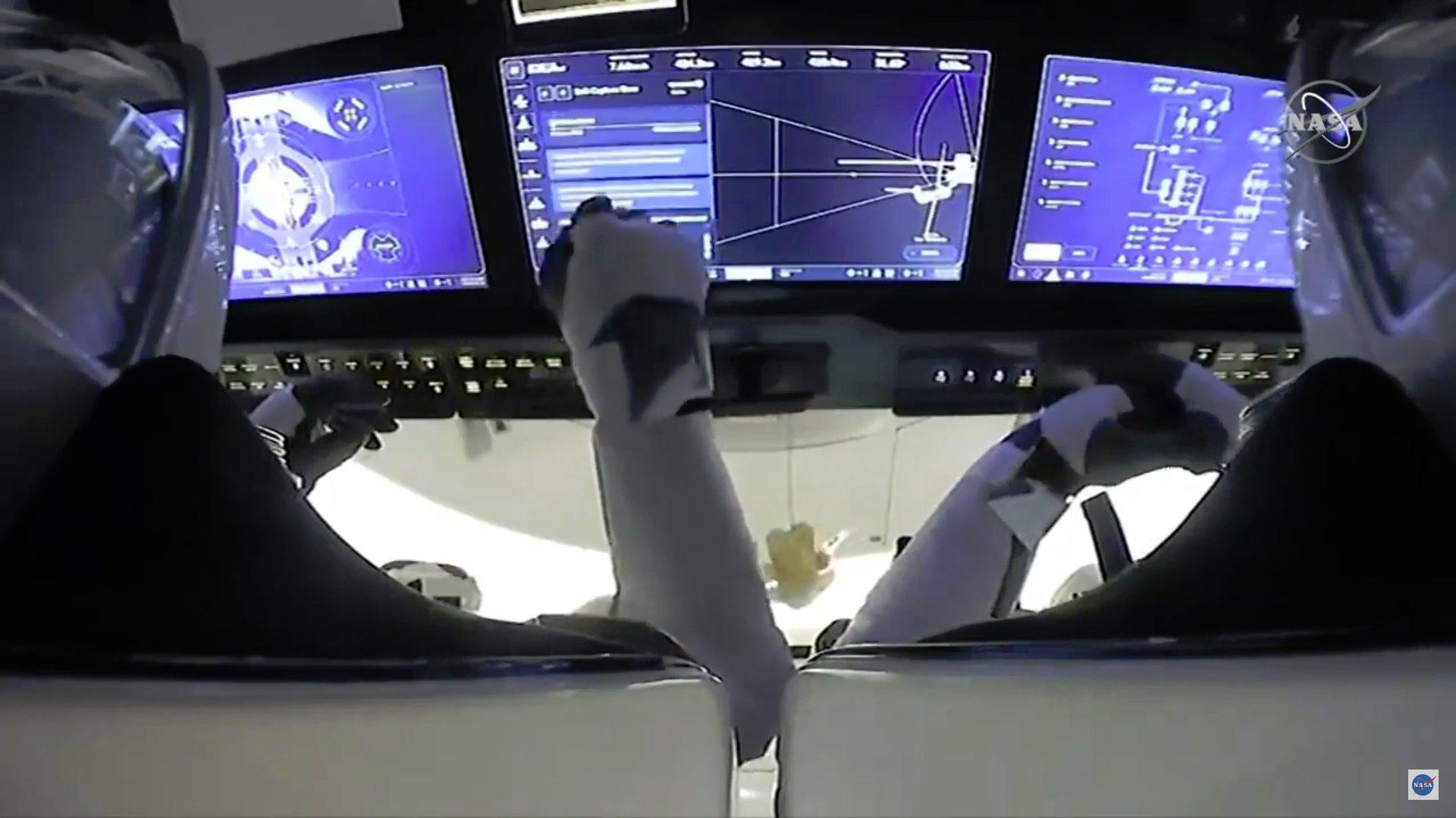 2020-17-nov-crew-dragon-docked.jpg