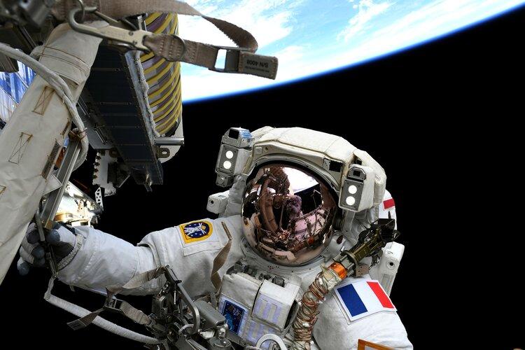 2021-20-june-thomas-pesquet-spacewalking