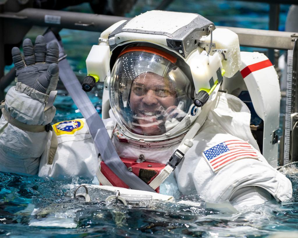 2020-doug-hurley-training-spacewalk.jpg